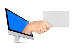 Рука экрана компьютера держа пустую карточку изолированный Стоковые Изображения RF