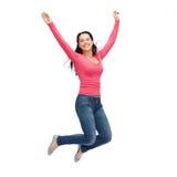 Χαμογελώντας νέα γυναίκα που πηδά στον αέρα Στοκ Φωτογραφία