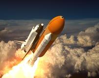 Космический летательный аппарат многоразового использования в облаках Стоковые Фото