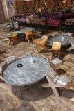 表和椅子在传统沙漠绿洲 库存图片