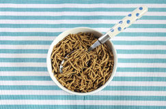 与碗的健康饮食高饮食纤维早餐麸皮谷物 免版税图库摄影