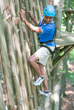 上升的墙壁的登山人在高绳索路线 免版税库存图片