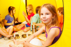 六个小孩在帐篷坐 库存照片