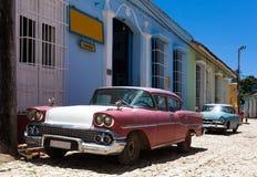 的古巴美国经典汽车在街道上停放了 免版税库存照片