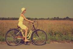 自行车循环的女孩喜悦骑马年轻人 免版税库存照片