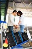 安慰女朋友机场的人 免版税库存图片