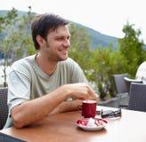 食用的人室外的咖啡 免版税库存照片