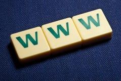 在蓝色背景的万维网万维网塑料字母符号 库存图片