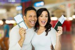 激动的夫妇假期 免版税库存照片