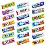 许多各种各样五颜六色嚼或在白色隔绝的泡泡糖 库存照片
