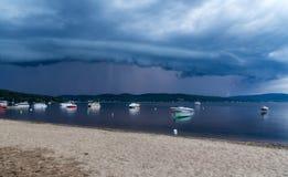 在湖的接近的风暴 免版税库存图片