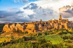 皮蒂利亚诺中世纪镇日落的,托斯卡纳,意大利 免版税库存照片