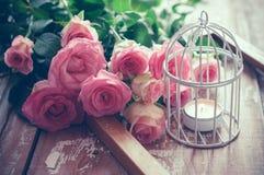 与玫瑰的葡萄酒装饰 免版税库存照片