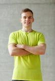 Χαμογελώντας άτομο στη γυμναστική Στοκ εικόνες με δικαίωμα ελεύθερης χρήσης