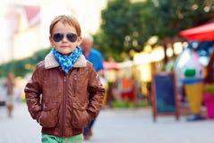 时髦的孩子走的城市街道,秋天时尚 免版税图库摄影