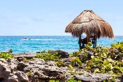 在墨西哥海岸的救生员小屋 免版税库存照片