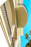 μπλε ουρανοξύστης ουρανού λεπτομερειών αρχιτεκτονικής Άποψη μπαλκονιών Στοκ εικόνες με δικαίωμα ελεύθερης χρήσης