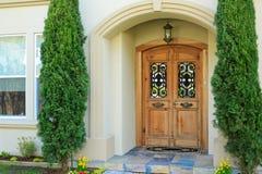 豪华房子入口门廊 免版税库存照片
