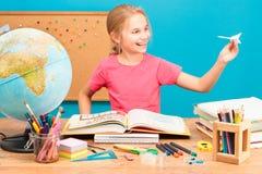 Κορίτσι που ονειρεύεται για το πέταγμα γύρω από τον κόσμο Στοκ Εικόνες