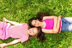 看法从上面草的两个美丽的女孩 免版税库存照片