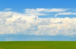 与遥远的雨风暴的完善的天际 免版税库存照片