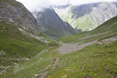 步行在法国阿尔卑斯的母亲和女儿 免版税库存图片