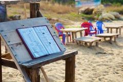在咖啡馆的偶然菜单在海岛海滩 免版税库存照片