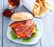 乳酪汉堡用烟肉 免版税图库摄影