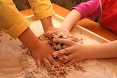 儿童困难工作 免版税库存图片