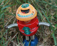在草的机器人 免版税库存照片