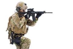 Солдат держа винтовку или снайпер и подготавливают к съемке Стоковая Фотография RF
