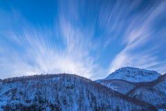 Τα βουνά του χειμώνα της Ιαπωνίας που υψώνονται στο μπλε ουρανό Στοκ εικόνα με δικαίωμα ελεύθερης χρήσης