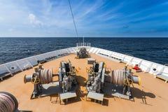 朝向对蓝色海洋的游轮的前面 免版税库存照片