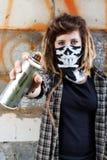 Θηλυκός ψεκασμός γκράφιτι εκμετάλλευσης χούλιγκαν Στοκ Εικόνες