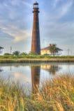 在遥远的海洋设置的灯塔 免版税库存照片
