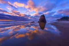 在黄昏的俄勒冈海岸 免版税库存图片