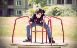 Мальчик в спортивной площадке Стоковое фото RF