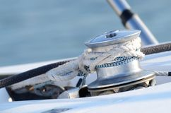 风船绞盘和绳索乘快艇细节,小船控制的设备 免版税库存图片