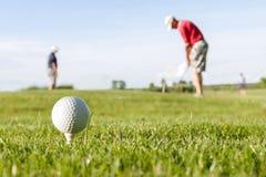 在路线的高尔夫球 免版税图库摄影
