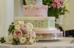 婚宴喜饼和花束 免版税库存照片