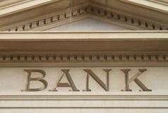 在老大厦建筑学刻记的银行 库存图片