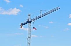 有美国国旗的塔吊 免版税库存图片