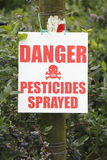 Закройте на знаке опасности распыленном пестицидами Стоковые Изображения RF