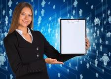 拿着纸持有人的女实业家 免版税图库摄影