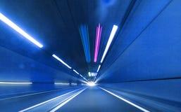 高速公路都市路的隧道 免版税库存图片