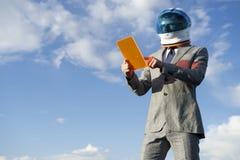 使用未来派片剂蓝天的企业宇航员 免版税图库摄影
