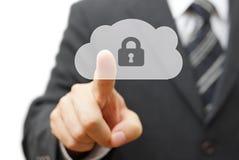Ασφαλές σύννεφο και σε απευθείας σύνδεση μακρινά στοιχεία πιέζοντας ολοκληρωμένο κύκλωμα σύννεφων επιχειρηματιών Στοκ εικόνα με δικαίωμα ελεύθερης χρήσης