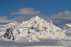 在山脉的沙克尔顿山在南极佩南 免版税库存图片