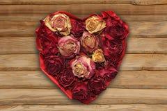 与干玫瑰色芽的爱心脏,土气样式 免版税图库摄影