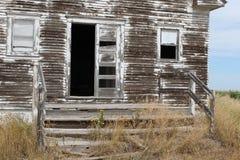 老被风化的校舍前门 库存图片